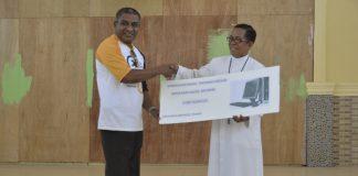 Alumni 86 Sumbang 3 Unit Komputer Untuk SMPK Frater Maumere