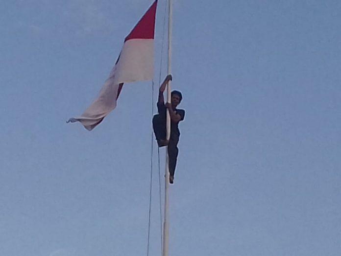 Aksi heroik Sertu Kristianus Sina pada saat upacara penurunan bendera merah putih