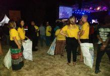 Aksi Simpati Turis Asing Pungut Sampah Saat Maumere Jazz Berlangsung
