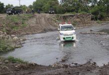 Mobil Ambulance Merayap di Kali Dagemage