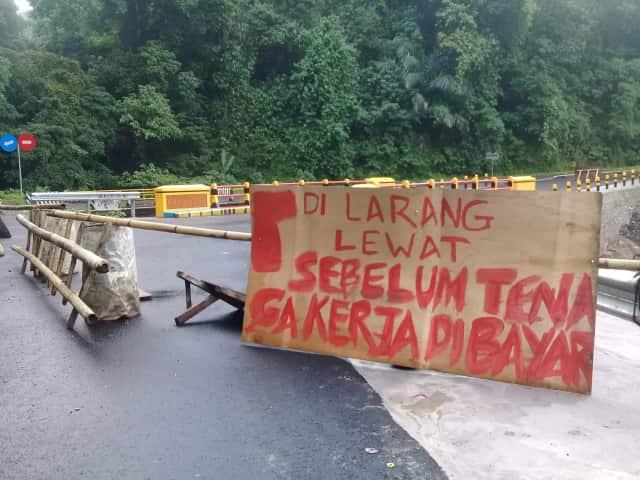 Upah Belum Dibayar, Tenaga Kerja Blokir Jembatan Ubeloler