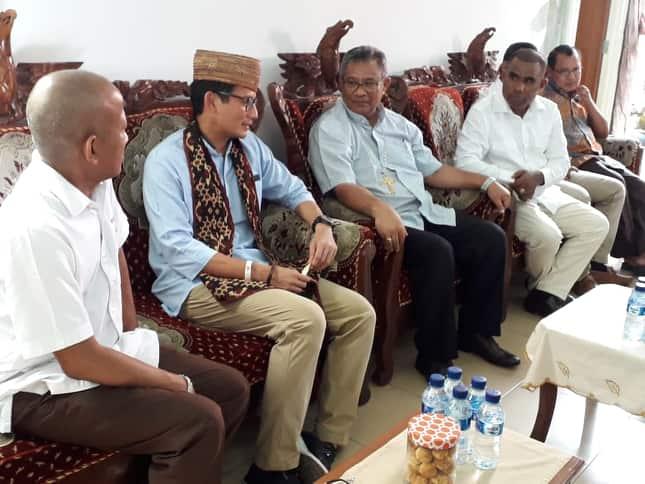 """Son Botu """"Rayu"""" Uskup Maumere Berkati Sandiaga Uno"""
