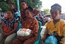 "Dua Ibu dari PaluE Bawa ""Kapa Poeng"" ke Kantor Bawaslu Sikka"