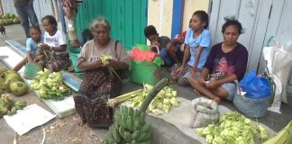 Bungkusan Ketupat Laris Terjual di Pasar Alok