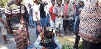 Aksi Protes di Pasar Alok, Pedagang Gelar Dagangan di Tengah Jalan