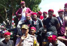 Setelah Ban Bekas Dibakar, Kapolres Sikka Temui Demonstran