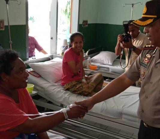 Dikunjungi Kapolres Sikka, Pasien Rumah Sakit Terharu