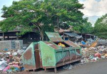 Sampah Membusuk di Pasar Alok, Siapa Peduli?