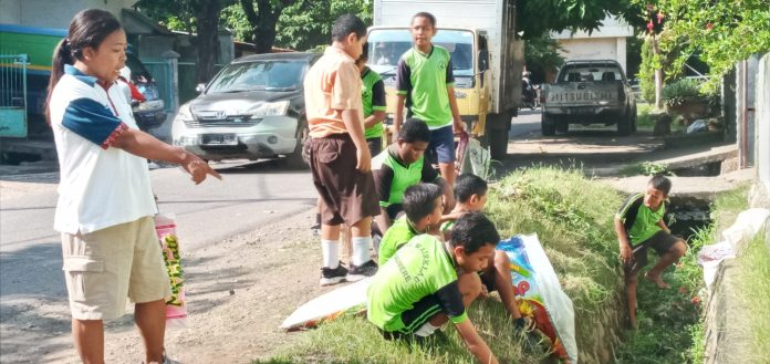Antisipasi DBD, Pelajar Bersih-Bersih Sekolah