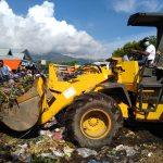 Alat Berat Bersihkan Tumpukan Sampah di Pasar Alok