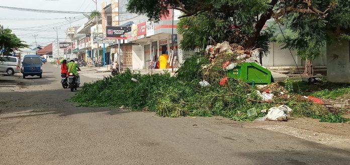 Sampah Meluber Hingga Badan Jalan