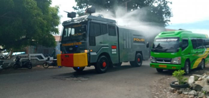 Water Cannon Semprot Kota Maumere dengan 5.000 Liter Cairan Disinfektan