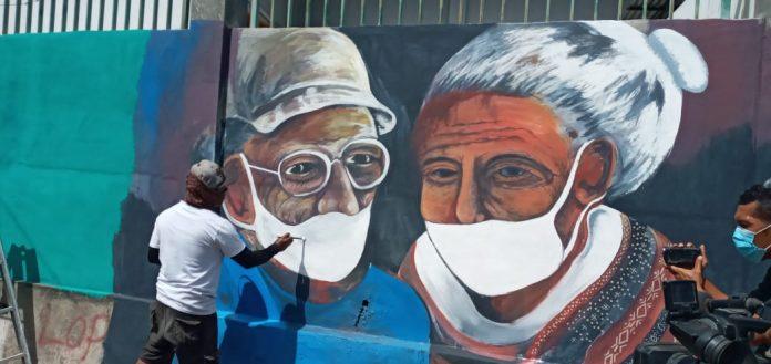 Seniman Mural Edukasi Pemakaian Masker