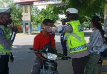 Aksi Simpatik Polwan Sikka, Kenakan Masker pada Warga Pelanggar Prokes