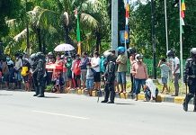 Tunggu Presiden Jokowi, Warga Kota Maumere Berkumpul di Depan Hotel Permata Sari