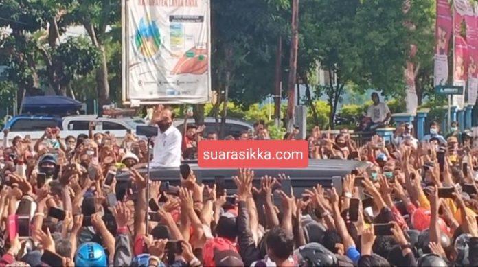 Jokowi Tampakkan Wajah, Warga Maumere Teriak Histeris