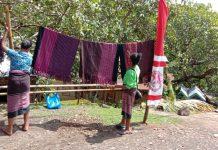 Sambut Presiden Jokowi, Warga Ilinmedo Pajang Tenun Ikat di Samping Jalan