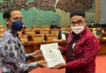 AHP Serahkan Dokumen Usulan Penegerian Unipa kepada Mendikbud
