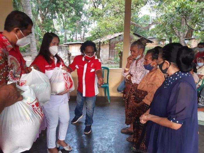 PKPI Sikka Bagi Sembako untuk 77 Janda