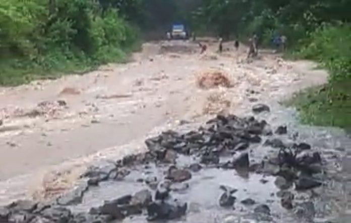 Banjir Tutup Badan Jalan Trans Flores, Puluhan Kendaraan Ekspedisi Tertahan di Wolowaru