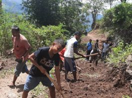Tidak Ada Alat Berat, Warga 3 Desa Keroyok Bersihkan Ruas Jalan Wolosaga-Wolowajo