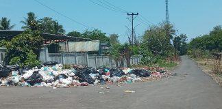 Sampah Menggunung di Samping TC Hillers, Jorok dan Bau Busuk